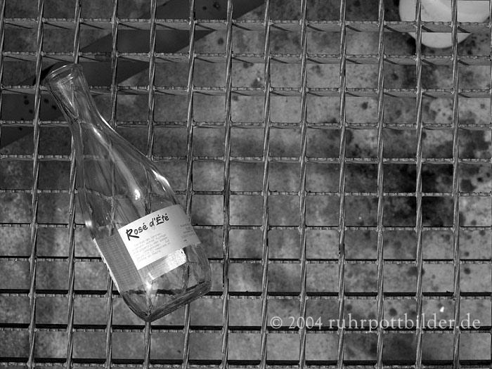 Vergessene Flasche auf dem Tetraeder