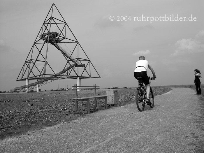 Radfahrer auf der Tetraeder-Halde in Bottrop