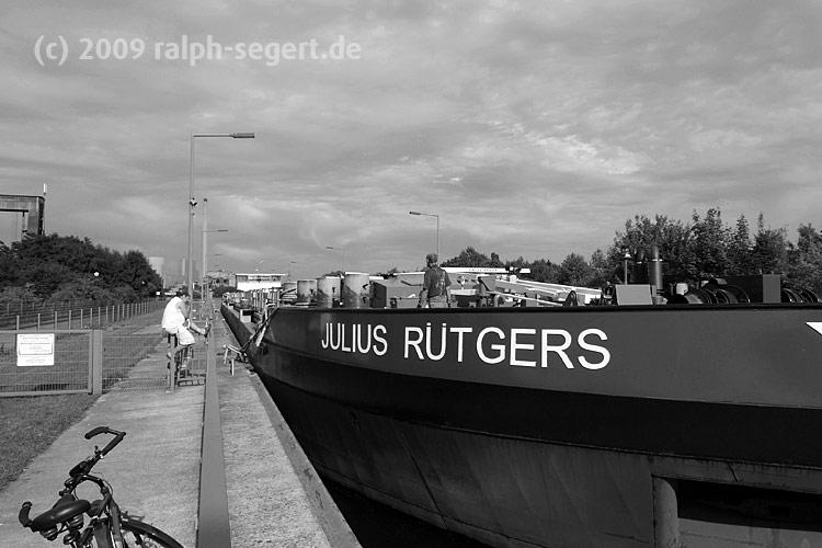 Julius Rütgers bereit zur Schleusenfahrt